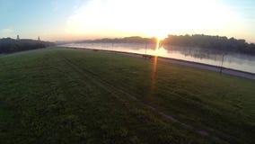 Dron video gryning på en flod, morgonrök på en flod arkivfilmer