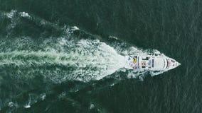 Drone aéreo disparado sobre barco a velocidade Conceito de férias Festa de iate filme