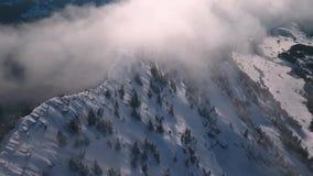 Droneflight over een bergpiek stock footage