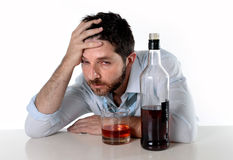 Dronken bedrijfsmens verspilde het drinken whisky in alcoholisme stock fotografie