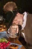 Dronken Beierse mens in Oktoberfest bij lijst royalty-vrije stock fotografie