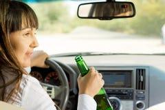 Dronken bestuurder die aan een passagier spreken Stock Foto