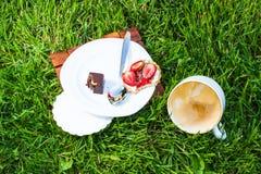 Dronken cappuccino en zoet dessert Royalty-vrije Stock Foto's