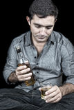 Dronken en gedeprimeerde Spaanse mens met een zwarte achtergrond Stock Foto