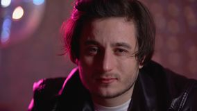 Dronken jonge kerel die camera, alcoholische verslaving bekijken, die het leven bij partij verspillen stock video