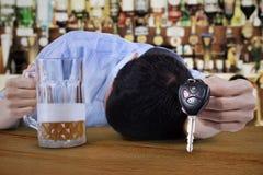 Dronken jonge mens stock foto