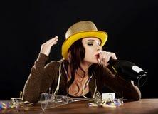 Dronken jonge vrouw die nieuwe jarenvooravond vieren. Royalty-vrije Stock Foto
