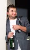 Dronken kerel met een fles royalty-vrije stock afbeelding