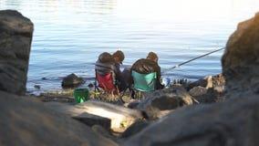 Dronken mannetjes die in slaap terwijl visserij, het vermoeien vrije tijdsactiviteit, uitputting vallen stock foto's