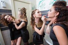 Dronken meisje in toiletbars vrouwen in avond royalty-vrije stock foto's