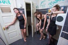 Dronken meisje in toiletbars vrouwen in avond stock foto
