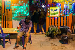 Dronken mens bij karaokeclub stock afbeelding
