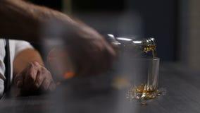 Dronken mens die aan alcoholisme het drinken wisky lijden stock video