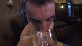 Dronken mens die zijn alcoholglas en het lachen en het drinken bekijken - stock footage