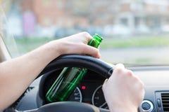 Dronken mens die zijn auto en het drinken drijven Stock Foto