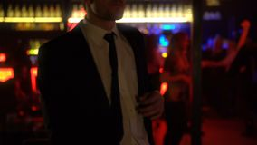 Dronken mens in kostuum dansen onbezorgd in ontspannen nachtclub, atmosfeer, goede stemming stock footage