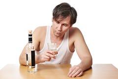 Dronken mens met fles wodka en een glas royalty-vrije stock foto's