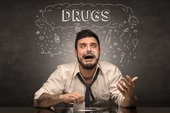 Dronken mens met het drinken, drug, kater, alcoholisch, drugsconcept royalty-vrije stock foto