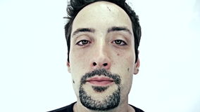 Dronken mens op witte achtergrond stock footage