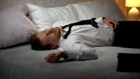 Dronken mens in pakslaap in hotelruimte, die aan alcoholisme, partij lijden stock afbeeldingen