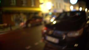 Dronken mens POV die zijn die auto zoeken dichtbij bar, vage visie, intoxicatie wordt geparkeerd stock video