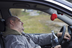 Dronken mens in slaap in auto royalty-vrije stock afbeeldingen