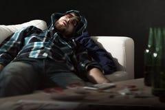 Dronken mens in zonnebril het slapen stock afbeelding