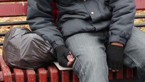 Dronken mensenslaap op een bank in park, ongezonde levensstijl, dakloze mensen stock footage