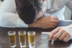 Dronken mensenslaap op een barteller Stock Afbeelding