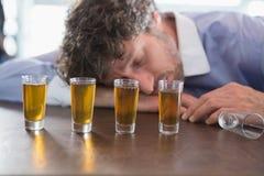Dronken mensenslaap op een barteller Royalty-vrije Stock Foto