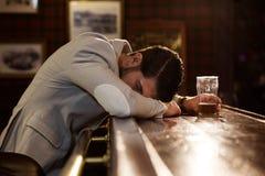Dronken mensenslaap op een barteller stock foto