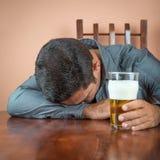 Dronken mensenslaap op een lijst stock fotografie