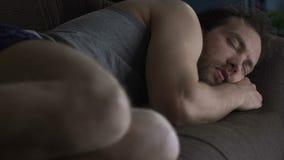 Dronken mensenslaap op woonkamerbank in ondergoed, luie vrijgezellevensstijl stock video