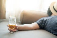 Dronken mensenslaap terwijl het houden van een glas bier royalty-vrije stock afbeelding