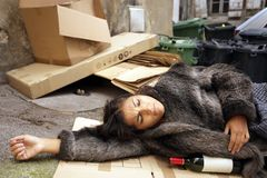 Dronken vrouw in afval stock foto's