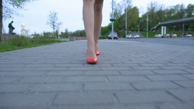 Dronken vrouw die rode hoge hielschoenen dragen die naar huis na partijviering lopen stock footage