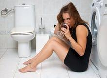 Dronken vrouw in haar badkamers Stock Afbeeldingen
