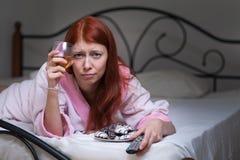 Dronken vrouw met alcohol Royalty-vrije Stock Afbeeldingen