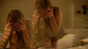 Dronken wijfje die aan duizeligheid, veelvoudig effect, geestelijke wanorde lijden hallucinatie stock videobeelden