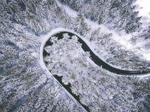 Drons foto - vinterväg royaltyfri fotografi