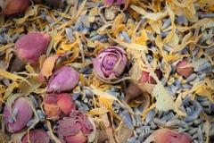 Droog aromatherapy bloemwelriekend mengsel van gedroogde bloemen en kruiden Stock Foto