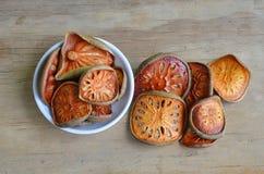 Droog baelfruit op houten raad Stock Foto