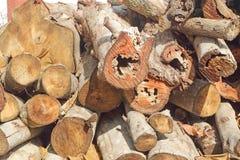 Droog brandhout in een stapel voor oven het ontsteken stock afbeeldingen