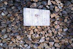Droog brandhout met plaats voor bericht stock afbeelding