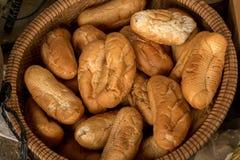 Droog Brood Vietnamese Baguette in Traditionele Bamboemand - Rest stock fotografie