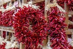 Droog Chili Ristras bij Landbouwersmarkt Royalty-vrije Stock Afbeeldingen