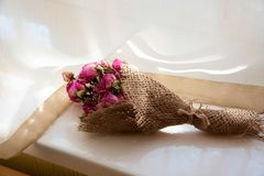 Droog die bloemboeket naast het venster wordt geplaatst royalty-vrije stock fotografie