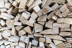 Droog die brandhout in een hoop voor het ontsteken van de oven, houten stapelachtergrond wordt gelegd royalty-vrije stock afbeeldingen