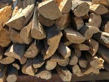 Droog die hout in stapels wordt gestapeld stock afbeelding