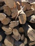 Droog die hout in stapels wordt gestapeld stock foto's